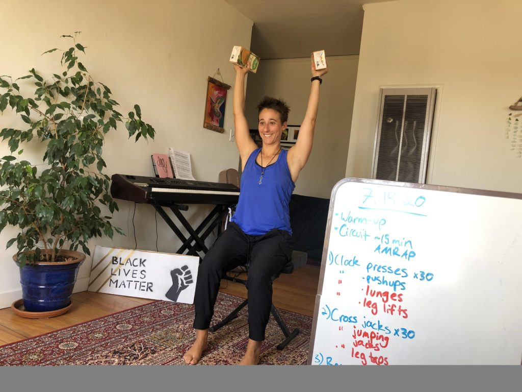 Rachel Kahn coaching virtually her online fitness class.